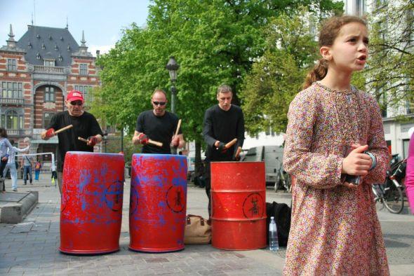Arrivée à la place Anneessens avec concert du Rythme des Fourmis